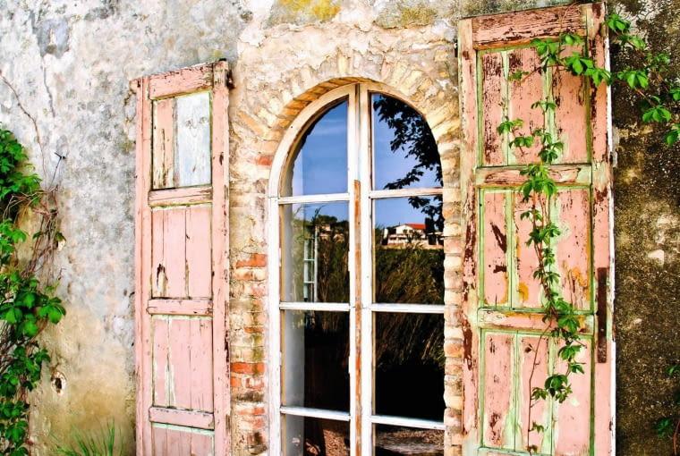 Piękno domu wyłaniało się powoli. Ruth i steve przywrócili pierwotny wygląd 'rustico casale', usuwając wszystko, co przez lata dodano do pochodzącej z xvii wieku budowli.