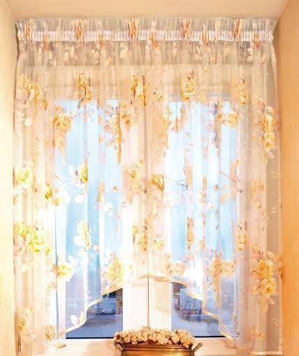 DEKORACJE OKIEN - SZYKOWNA FIRANKA. Przezroczysta tkanina nie zasłania wystarczająco okna. Do tego służą proste rolety.