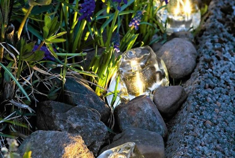 KOSTKI SOLARNE LED - lampki solarne do układania pod roślinami na rabatach lub trawniku. Małe, energooszczędne, estetycznie wykonane. Można je dowolnie przestawiać podczas letnich przyjęć w ogrodzie