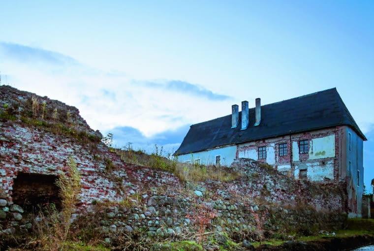 Widok na zamek, a właściwie jedyne zachowane skrzydło pięcioskrzydłowej renesansowej siedziby starościańskiej, wzniesionej na fundamentach wielokrotnie przebudowywanego zamku-klasztoru krzyżackiego.
