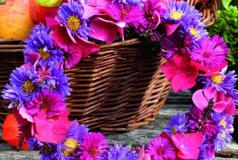 Jesienny wianek zmarcinków ikwiatków hortensji, do tego jabłka ilampioniki miechunek - w rezultacie kompozycja nie ustępuje letnim dekoracjom.