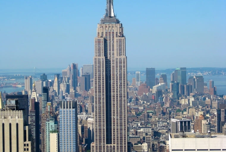 3. Empire State Building. Wieżowiec, którego chyba nie trzeba nikomu przedstawiać. Zbudowana w 1931 ikona budownictwa wysokościowego, jeden z najbardziej rozpoznawalnych symboli Nowego Jorku. Pomysłowo cofnięte górne piętra, lśniące okładziny ścian, charakterystyczna iglica czynią z ESB jeden z symboli architektury XX wieku i jeden z najwspanialszych wieżowców w historii.