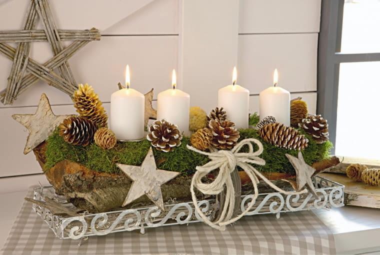 Nat´rliches Adventsgesteck auf Baumrinde mit Moos und Tannenzapfen