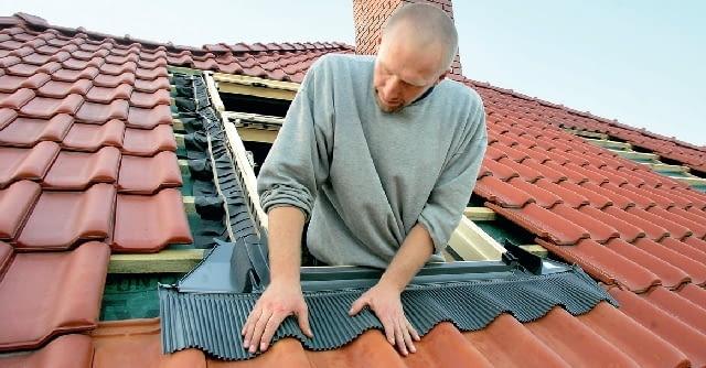 Krok 5. Kołnierz uszczelniający montuje się tak, aby jego górna i boczne części znalazły się pod pokryciem dachowym, a dolna (elastyczny fartuch aluminiowy lub ołowiany) - na nim. Fartuch wymaga odpowiedniego uformowania.
