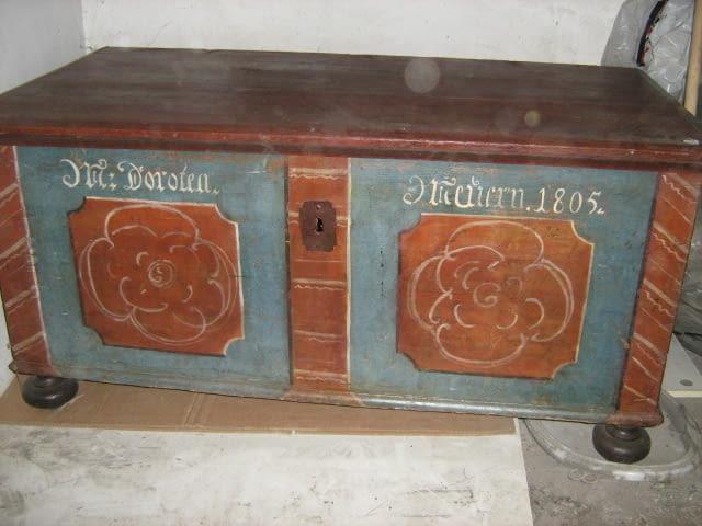 Stara skrzynia posagowa z 1805 roku. Wymiary: 115 x 60 cm. Wysokość: 59 cm. Cena: 950 złotych (bez transportu)