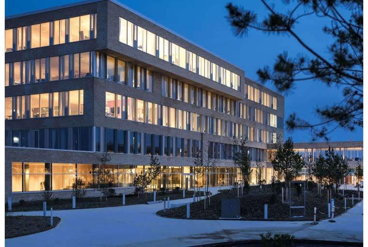 Nowy Szpital Psychiatryczny, Slagelse, Dania, proj. GAPS)Karlsson Architects / VLA, nominacja w kategorii budynek zrealizowany, zdrowie. Nowy budynek wyraża współczesny stosunek do opieki zdrowotnej i psychiatrii. To przede wszystkim przyjazna architektura, która ma zapewniać komfortowe i przyjazne warunki oraz stwarzać możliwość do różnych działań pomiędzy pacjentami, personelem i zaproszonymi gośćmi. Przestrzeń przed szpitalem została urządzona z wykorzystaniem zieleni, która ma zachęcać do obserwacji przyrody.