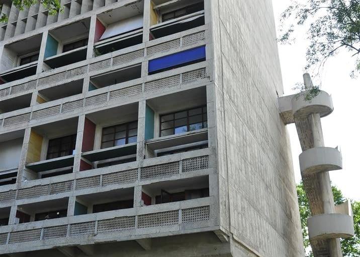 Jednostka Marsylska, proj. Le Corbusier - fasada wschodnia i schody przeciwpożarowe z galerii handlowej