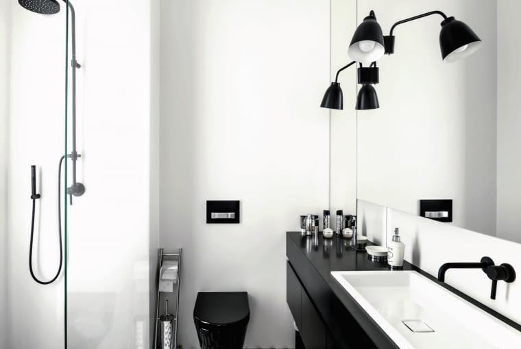 Płytki z kolekcji Barcelona zaprojektowanej przez Macieja Zienia (Tubądzin) to nawiązanie do przestrzennego deseniu na tapecie Cole & Son, pokrywającej ściany sypialni.