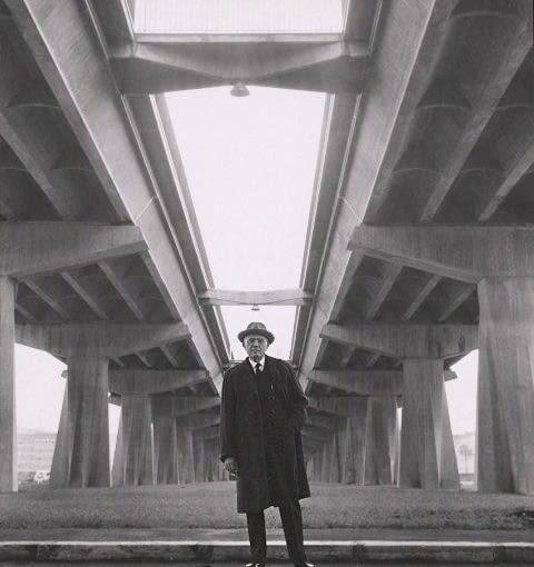 Pier Luigi Nervi pod wiaduktem Corso Francia w Rzymie, ok. 1960