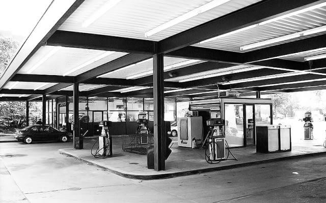 Stacja benzynowa na Nun's Island w Montrealu zaprojektowana przez Miesa van der Rohe- stan oryginalny.