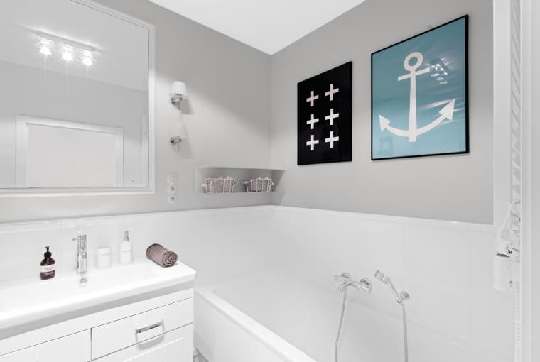 Również łazienka trąci nadmorskim klimatem, choć nie brakuje jej także skandynawskich inspiracji.