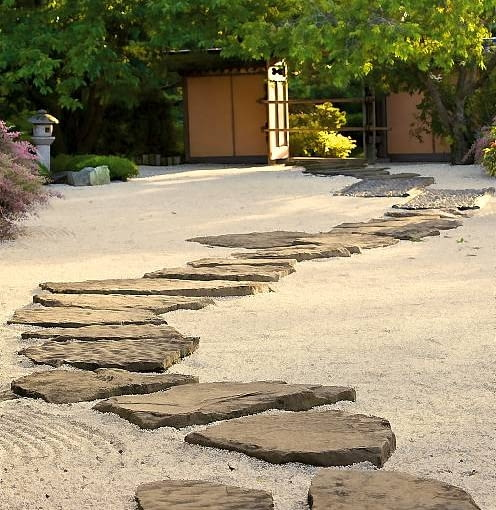 W orientalnych ogrodach często brak trawnika; zastępuje go żwir, kamienie i rośliny okrywowe.