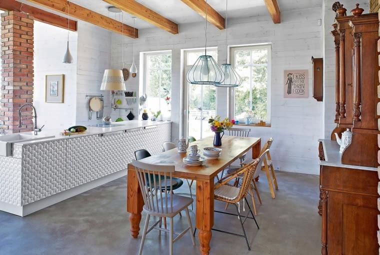 Jednakowe lampy nad stołem, ale nad kuchennym blatem - wprost przeciwnie. Jeśli spodobają nam się jakieś pojedyncze lampy, możemy je bez obawy kupić. I po prostu zawiesić obok siebie.