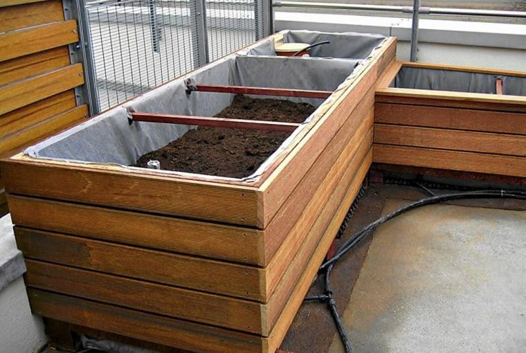 WARSTWA POLIURETANU, którą wyścielono wewnętrzne ścianki każdej ze skrzyń, chroni korzenie roślin przed mrozem