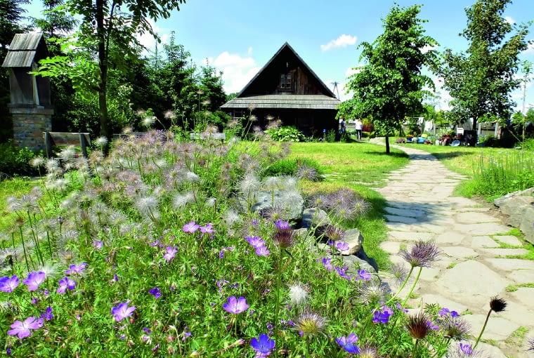 ogród wiejski dopracowano w każdym szczególe - elementy architektury idealnie współgrają z roślinnością.