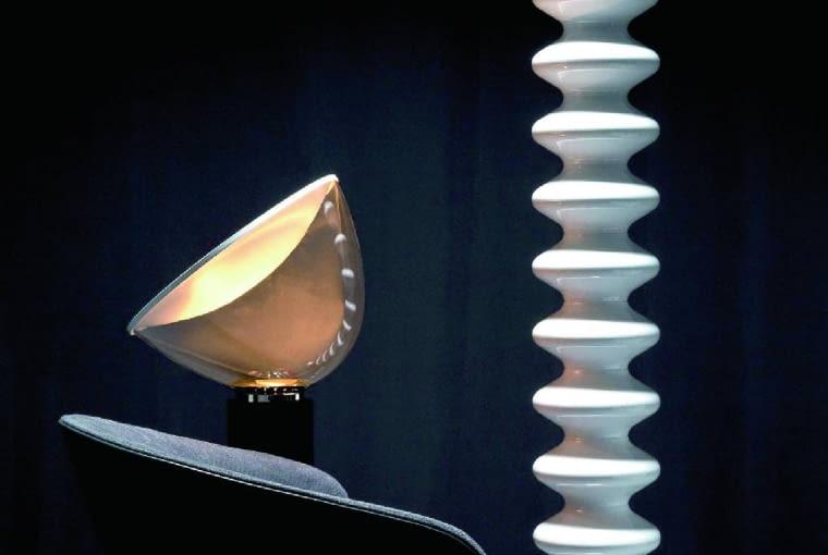 Milano, grzejnik-rzeźba. Może być wodny lub elektryczny, montowany na ścianie, ustawiony na podłodze, a nawet zamocowany na suficie. Dostępne wersje: biała, czarna, malowana na mosiądz. Tubes, www.kalmar.waw.pl