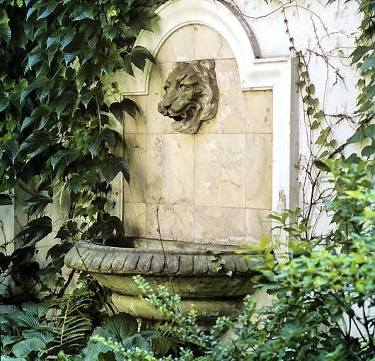 Atrakcją ogrodu jest fontanna ścienna w ogrodzeniu