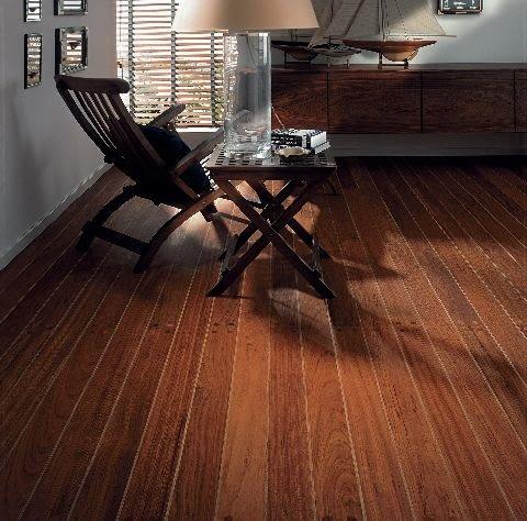 Deski warstwowe są fabrycznie wykończone lakierem lub - co jest lepszym rozwiązaniem przy ogrzewaniu podłogowym - zaimpregnowane olejem