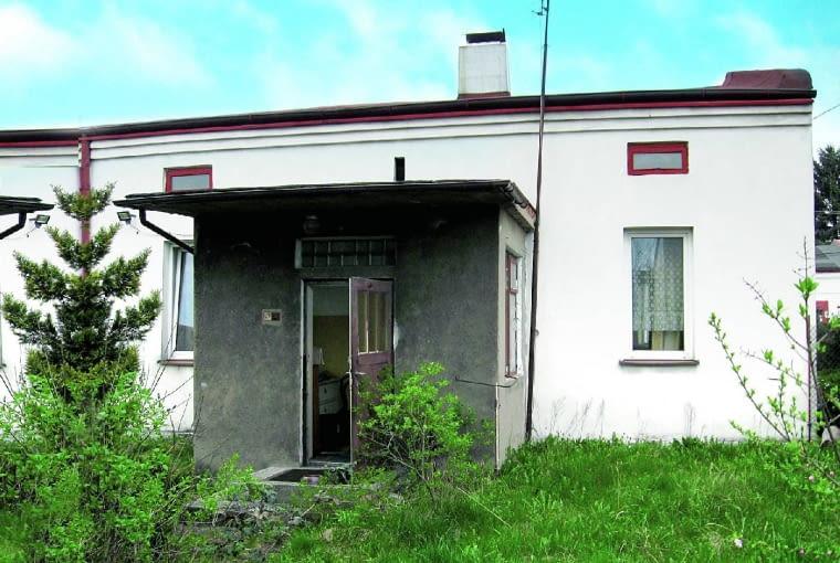 Dom wzniesiono w 1936 roku. Jest murowany i ma kopertowy dach od strony wschodniej