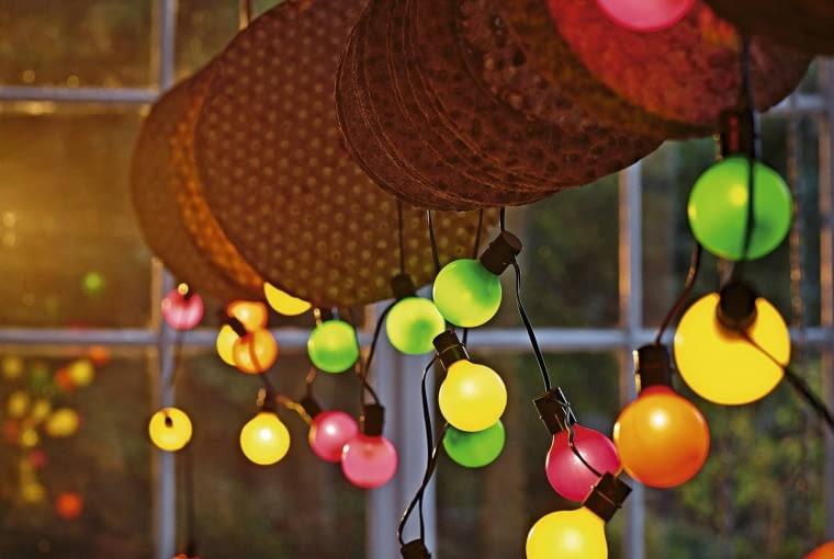Zasilaną solarnie girlandę świetlną można rozwiesić na gałęziach drzew, na balustradzie balkonu lub tarasu, ok. 17 zł/12 szt., IKEA.