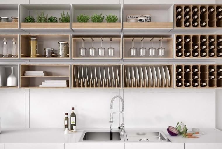 Otwarte szafki górne zorganizerami na sprzęty i naczynia pomogą uporządkować wyposażenie.