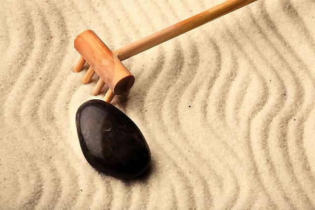 Zgodnie z estetyką zen żwir grabiony w rozmaite wzory symbolizuje płynącą wodę.