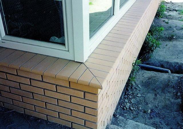 Płytki muszą mieć taką długość, by krawędź parapetu znajdowała się 3-5 cm przed licem ściany