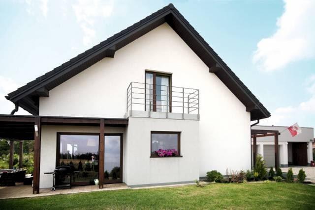 Czysta elewacja domu - bez nalotu z glonów, mchów i grzybów