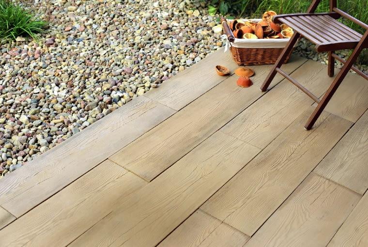 Betonowe deski do złudzenia imitują naturalne drewno.