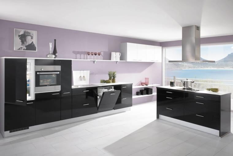 Czarne kuchnie dobrze się komponują z jasnymi kolorami. Najlepiej wyglądają w dużych, otwartych wnętrzach.