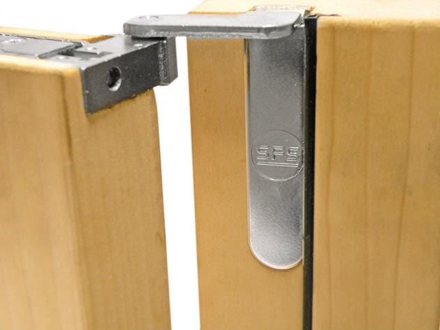 Wpuszczany zawias regulowany w trzech płaszczyznach, obrót o 180 stopni