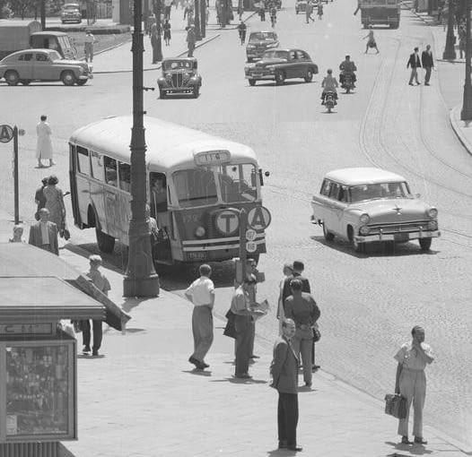 Autobusy komunikacji miejskiej na placu Trzech Krzyży w Warszawie. Perspektywa Alej Ujazdowskich od strony placu Trzech Krzyży. Na przystanku widoczny autobus marki Chausson linii 116 (numer boczny 372).