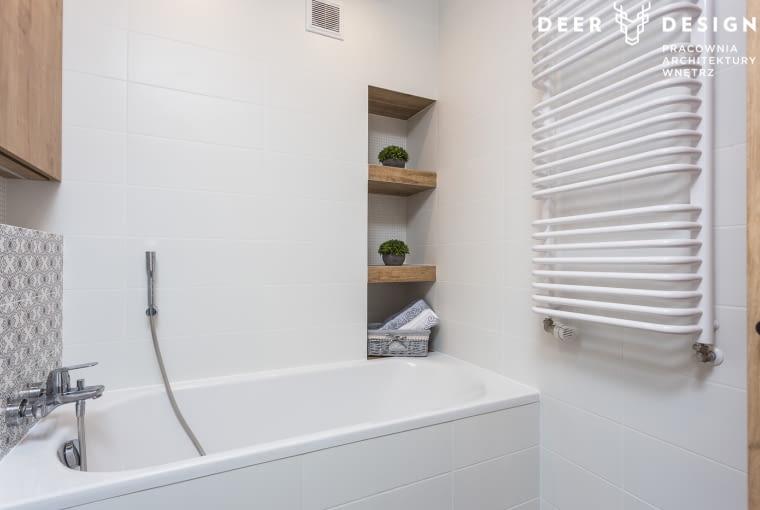 Łazienki zostały zaprojektowane bardzo spójnie. Przeważa w nich biel, czerń i drewniane elementy. Różnią się jedynie drobnym wzorem na płytkach.