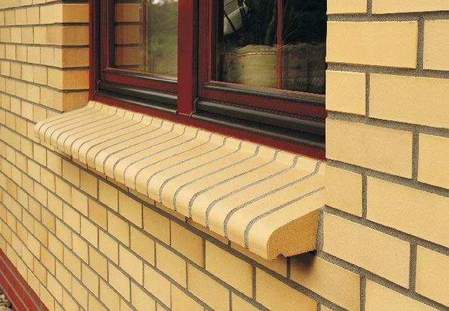 Elewacja i parapet zewnętrzny wykonane z cegły klinkierowej