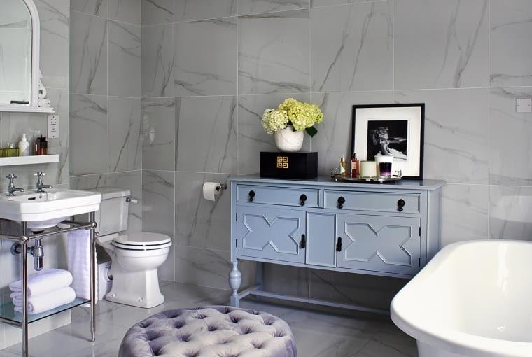Starą komodę znalazła na eBayu przyjaciółka Donny, Samantha Moss, właścicielka sklepu Bottega i pomalowała ją sprayem na szaro. Ceramika z Bathstore (bathstore.com).
