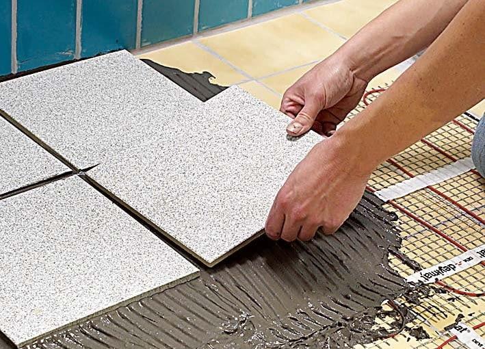 MONTAŻ MATY GRZEJNEJ 6. Matę pokrywa się zaprawą klejową przeznaczoną do ogrzewania podłogowego, a następnie układa płytki.