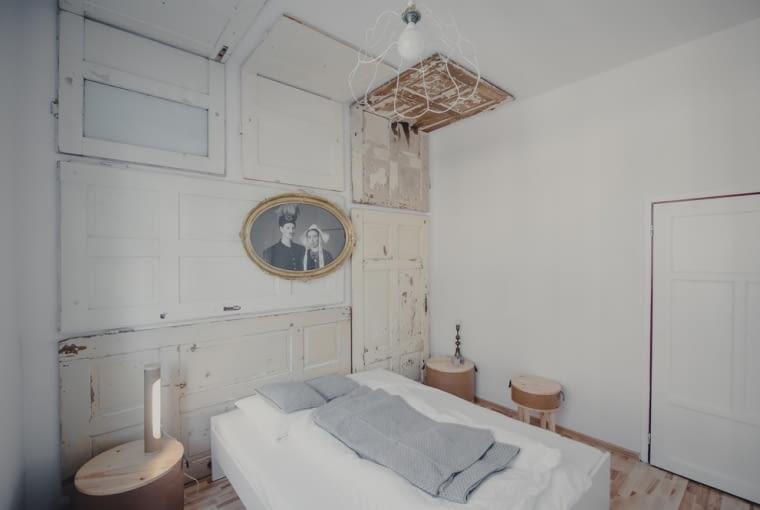 Wnętrze tego pokoju zdobią stare drzwi