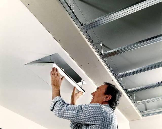 Sufit podwieszany. Zamontowanie klapy rewizyjnej zapewni dostęp do przestrzeni pod stropem