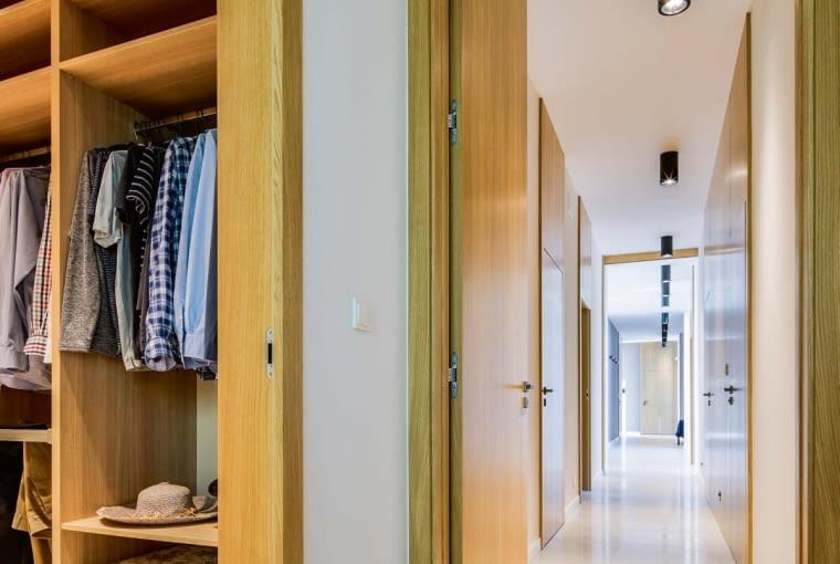 W ukrytej przed oczami gości części domu przestrzeń zorganizowano wzdłuż korytarza, po którego obu stronach, projektant usytuował wszystkie prywatne pomieszczenia