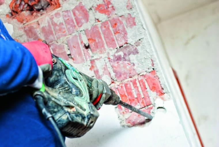 Pozyskiwanie starych zabytkowych cegieł jest czasochłonne. Najpierw skuwa się tynk, a następnie wykuwa pojedyncze cegły
