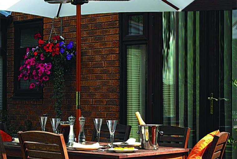 Trzyramienny grzejnik z aluminium, podwieszany pod parasol (100×100×8,5 cm) emituje ciepło i światło. Ok. 890 zł, Heaters.com.pl