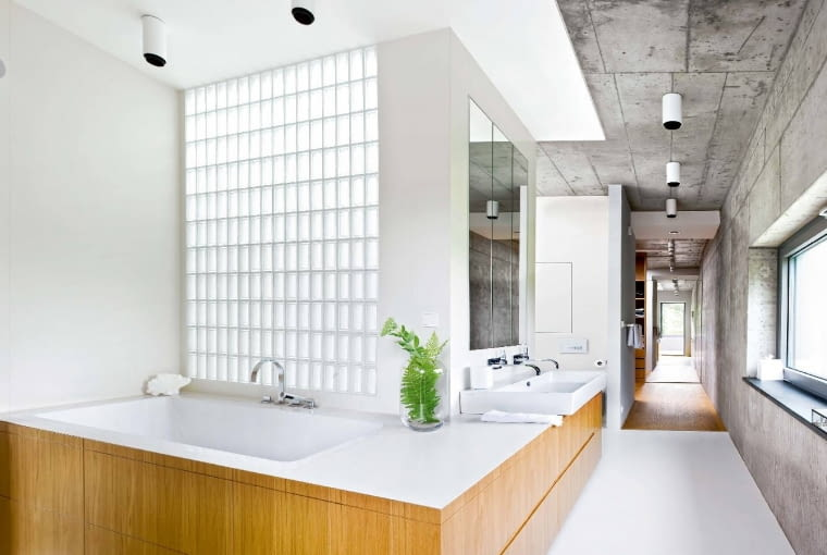 Otwarta łazienka, tworząca jeden kompleks z garderobą i małżeńską sypialnią oraz przylegającym do niej tarasem.