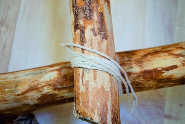 Na koniec lakierujemy drabinę preparatem na bazie wody. Kiedy preparat wyschnie, obwiązujemy konopnym sznurkiem miejsca łączenia poszczególnych elementów. W ten sposób zamaskujemy gwoździe i usztywnimy konstrykcję.