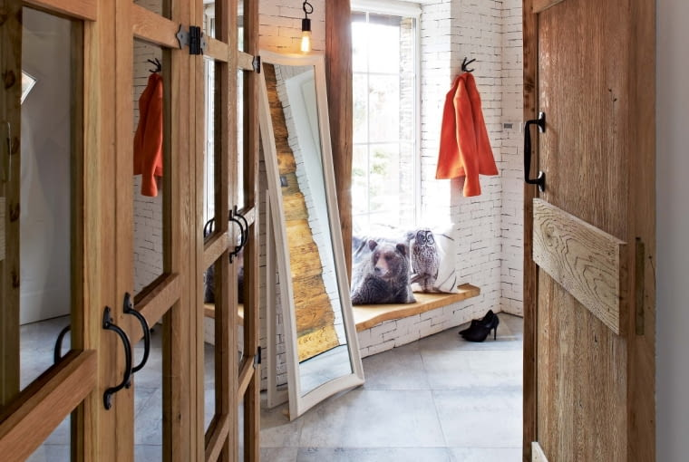 BELKI POD SUFITEM, drewniane drzwi z metalowymi okuciami, ławeczka pod oknem zrobiona z desek - 'góralska chałupa' zaprasza już od wejścia.