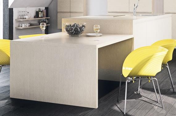 Akcentem w kuchni mogą być krzesła w intensywnym kolorze.