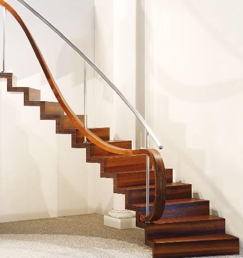 Do schodów dywanowych pasują egzotyczne gatunki drewna oraz dorównujące im twardością i odpornością modyfikowane termicznie drewno rodzime, np. jesion