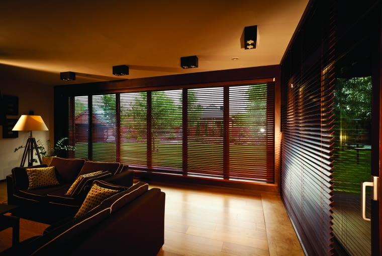 Drewniane żaluzje są coraz popularniejsze. Dobrze wyglądają nawet w oknach o bardzo dużej powierzchni.