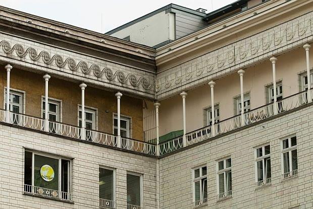 Krużganek otaczający ostatnie piętro w budynku przy Bramie Frankfurckiej. Cienkie kolumienki dźwigają ciężki gzyms z ceramicznym fryzem w formie płaskorzeźbionej spirali.