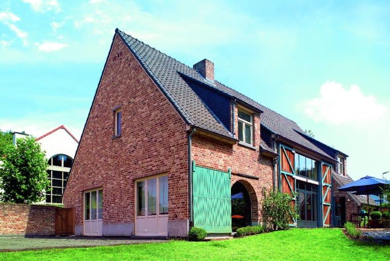 Postarzane cegły nie muszą mieć intensywnego, ceglastego koloru. Niektóre są specjalnie spatynowane i cieniowane