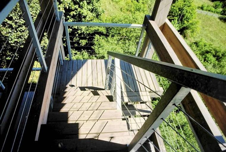 Schody skracają drogę do jeziora nie tylko z części dziennej, ale i z górnych sypialni
